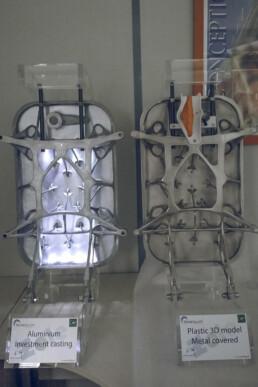 Gussteil der Flugzeugtür und 3D gedrucktes PMMA Modell von voxeljet
