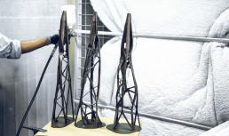 Gegossene Bronze-Tischbeine mit 3D gedruckten Feingussmodellen von voxeljet